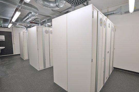 Typ 90 Sicherheitsschränke in Reihenaufstellung als zentraler Lagerraum im Gebäude mit bauseitiger Abluftanlage