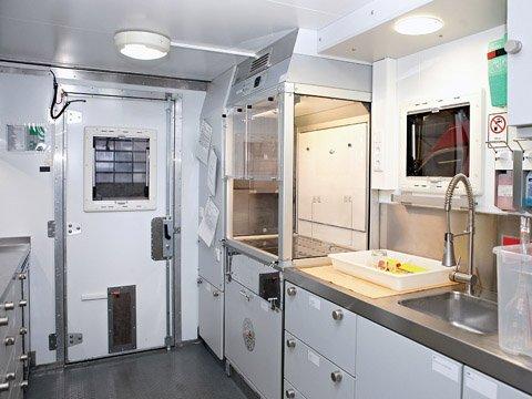 Sorbonne avec armoire anti feu 90 min sous paillasse dans un laboratoire d'essai mobile de la brigade du feu de Cologne.