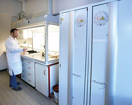Armario de seguridad S-LINE con puertas plegables para el ahorro de espacio en la empresa Bayer CropScience
