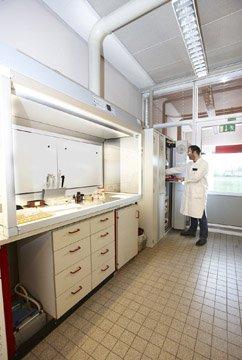 Kimyasal numuneleri incelemek için tehlikeli madde çalışma alanı