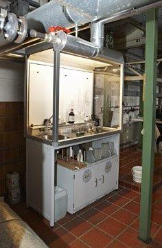 Bir tezgah altı güvenli saklama dolabı bulunan tehlikeli madde çalışma alanı