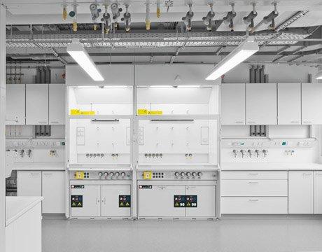 Tip 90 UB-LINE tezgah altı güvenli saklama dolabı ve SL-LINE tezgah altı güvenli saklama dolabı ile donatılmış laboratuvar çeker ocakları