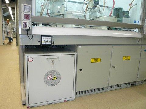 Laboratuvar çeker ocağı altında Tip 90 tezgah altı güvenli saklama dolabı