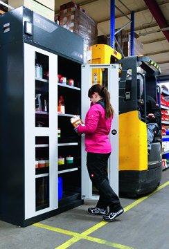 Szafa bezpieczeństwa z recyrkulacyjnym systemem filtracji powietrza ChemFlex w magazynie