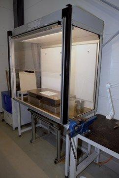 Stanowisko pracy z materiałami niebezpiecznymi z recyrkulacyjnym systemem systemem filtracji powietrza