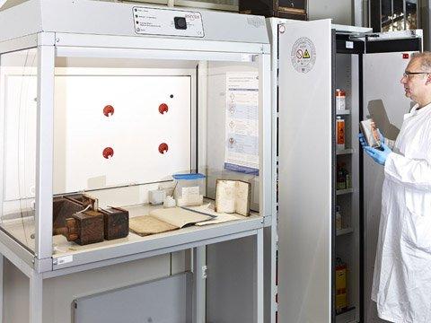 Stanowisko pracy z materiałami niebezpiecznymi do odnawiania książek w archiwach miejskich w Bochum