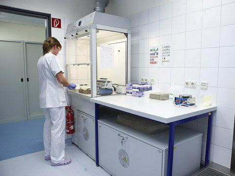 Postazione di lavoro per sostanze pericolose con pannello frontale e armadi di sicurezza sottobanco Tipo 90, presso il centro clinico di Fulda