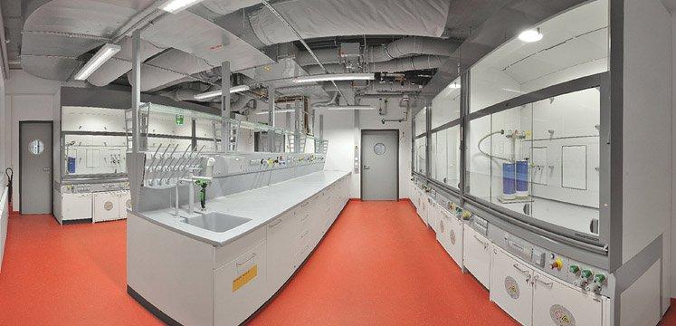 Laboratoriuminrichting met verschillende brandwerende onderbouwkasten