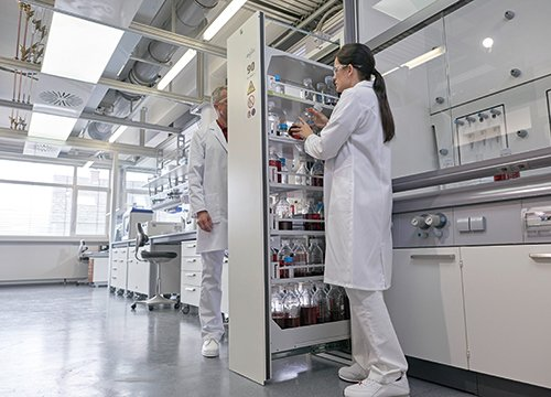 Przykład zastosowania szaf V-LINE w laboratorium: V-MOVE-90, szerokość 45 cm, 1 szuflada pionowa