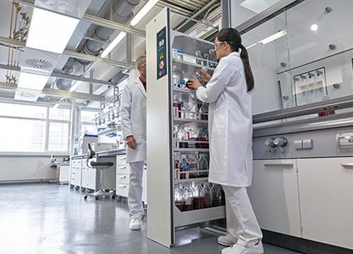 Esempio di applicazione della gamma V-LINE a un laboratorio: V-MOVE-90, larghezza 45 cm, 1 cassetto verticale