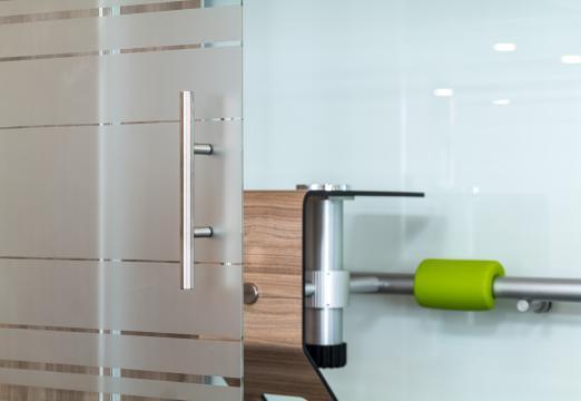 Eine optional erhältliche Glasfront mit integrierter Schiebetür aus Glas verwandelt die Raucherkabine in einen vollständig abgeschlossenen Raucherraum.