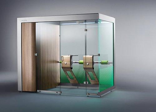 An optionally available glass front with an integrated glass door turns the smoking cabin into a fully enclosed smoking room.